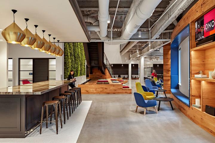 Яркий интерьер в офисе: синие и жёлтые кресла