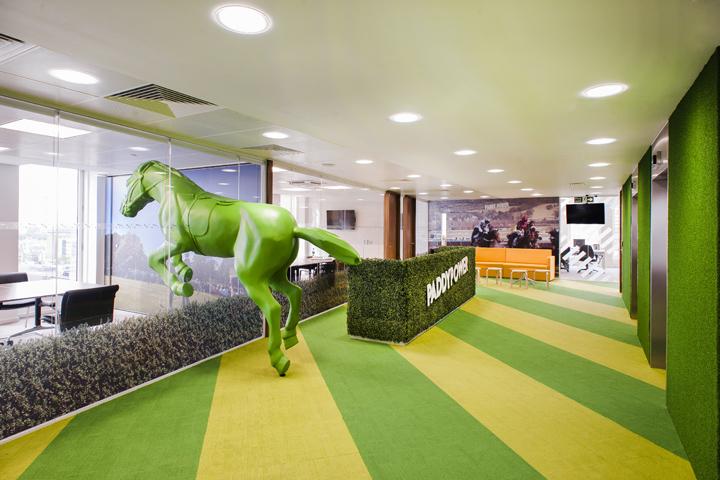 Яркие цвета в офисе компании Paddy Power