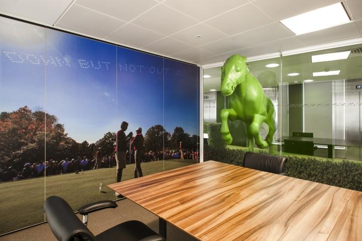 Яркие цвета в офисе компании Paddy Power - большой конференц-зал