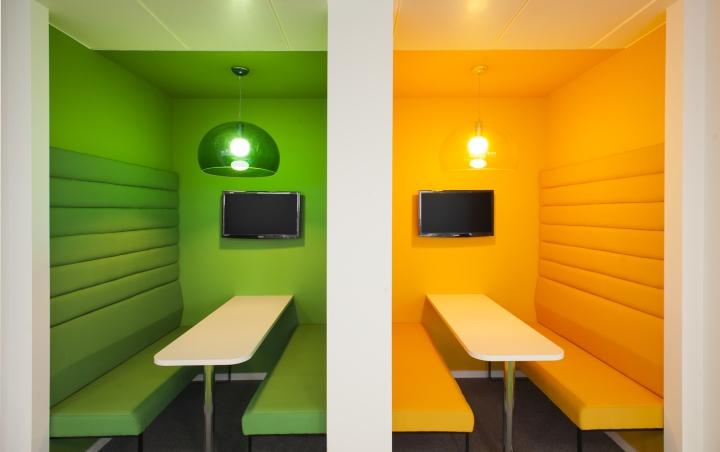 Яркие цвета в офисе компании Paddy Power - зоны для просмотра спортивных мероприятий