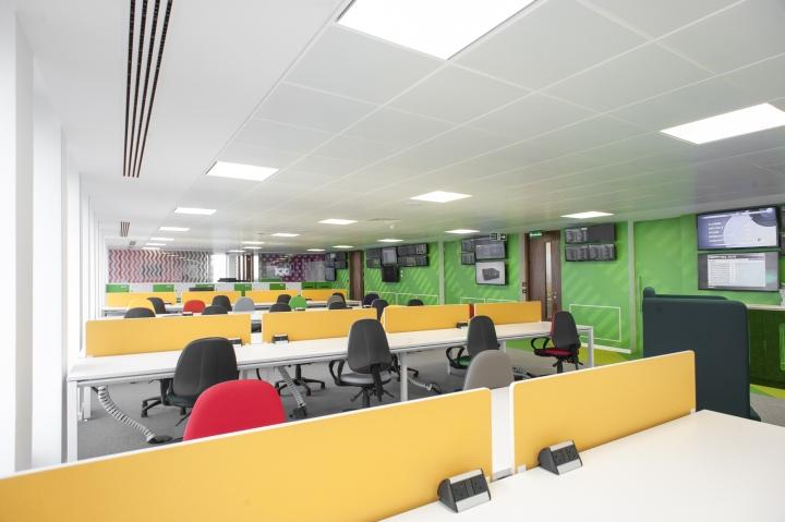 Яркие цвета в офисе компании Paddy Power - рабочее пространство