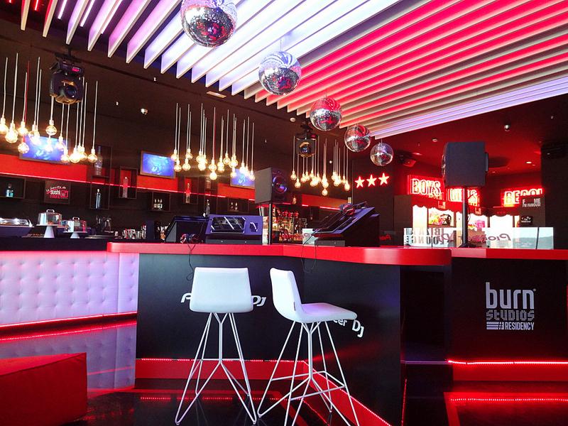 Клуб зала ожидания DJ David Guetta's в аэропорту Ибицы - фото 4