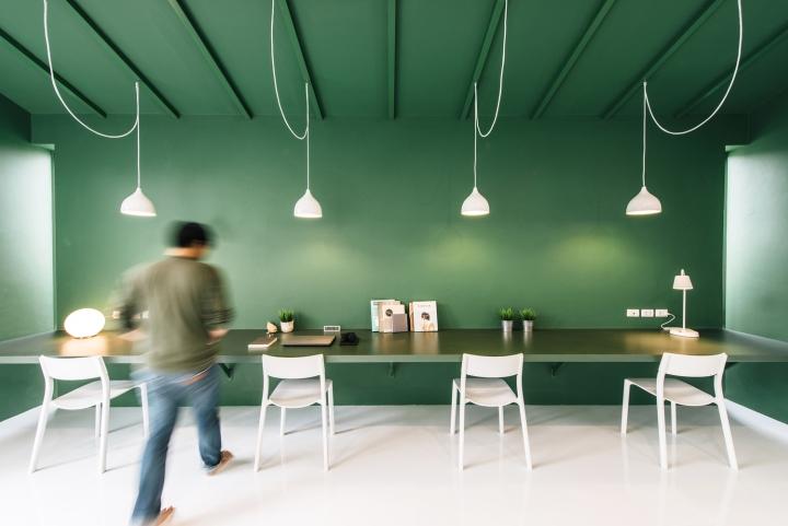 Зелёный цвет в интерьере офиса компании Green 26 - контраст зелёного и белого