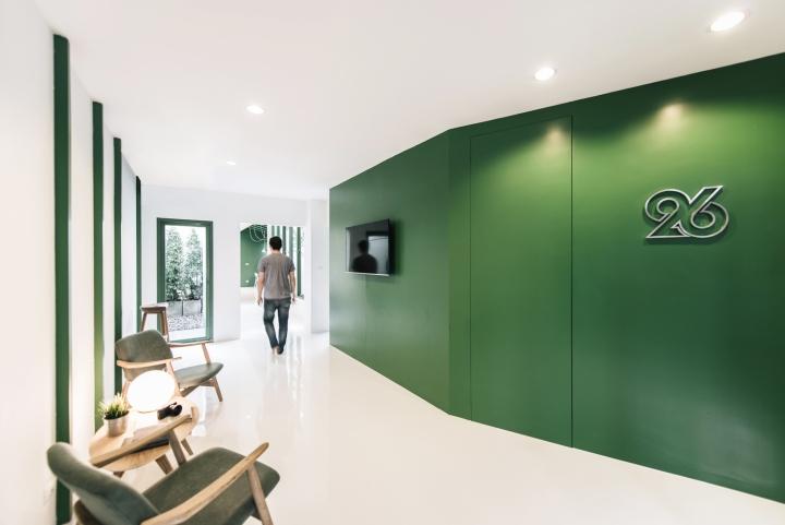 Зелёный цвет в интерьере офиса компании Green 26 - коридор офиса