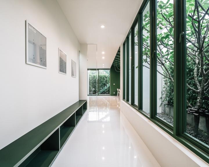 Зелёный цвет в интерьере офиса компании Green 26 - окна вместо стен. Фото 1
