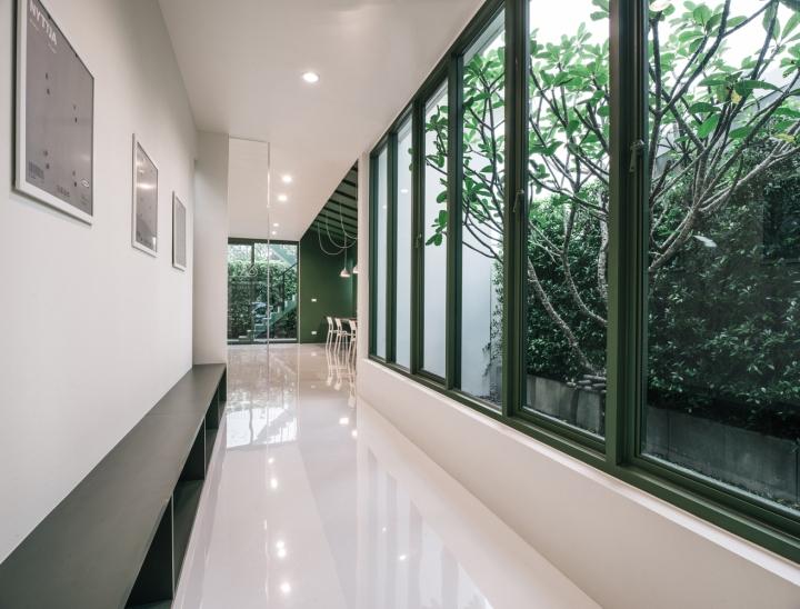 Зелёный цвет в интерьере офиса компании Green 26 - окна вместо стен. Фото 2