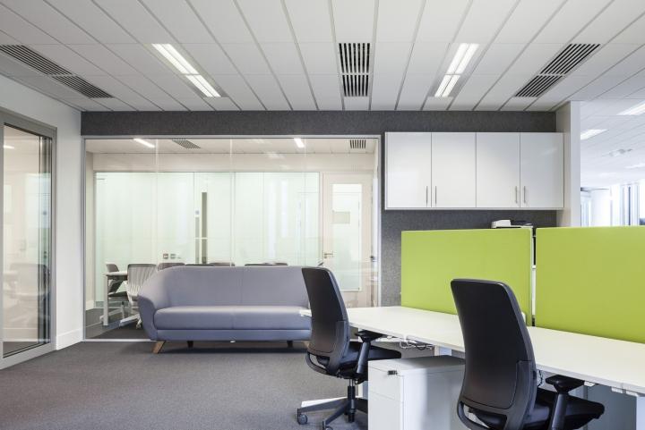 Светлая креативная мебель в офисе