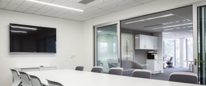 Большой стол в холле для совещаний