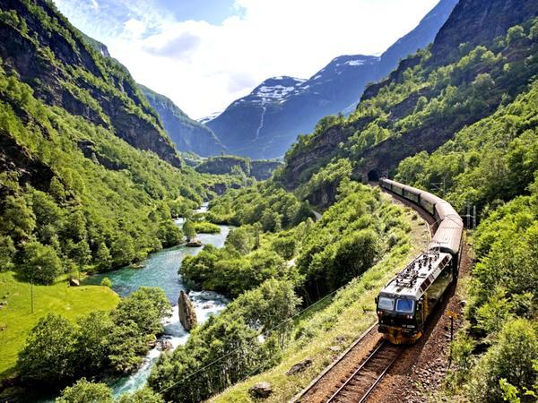 Железная дорога в Альпах: высокогорная речка