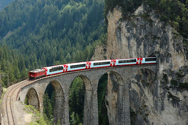 Железная дорога в Альпах: выезд из горы
